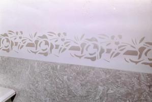 Stencil per le pareti come applicare le decorazioni a for Greche adesive da muro
